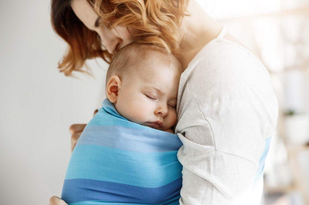 Dlaczego warto nosić dziecko w chuście?